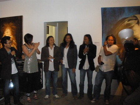 Fausin (with microphone), gallerist Delia Cabral introduced the artists: from left, Fuad, Masnoor, Hamir and Bayu.